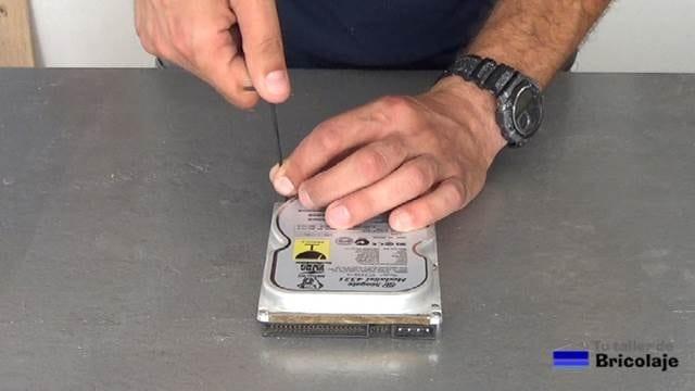 desarmando un disco duro antiguo para obtener el imán de neodimio