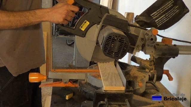 cortando la madera de palets para realizar el espejo
