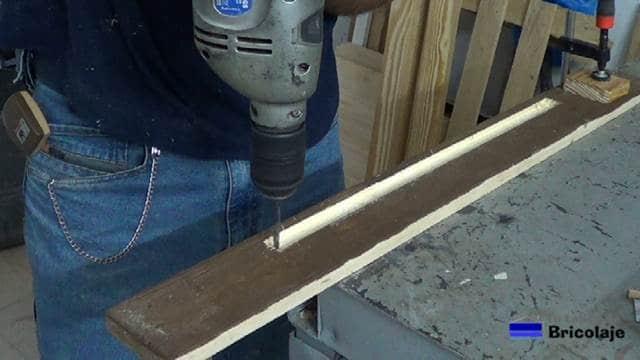 realizando el agujero para pasar los cable para alimentar las tiras de led
