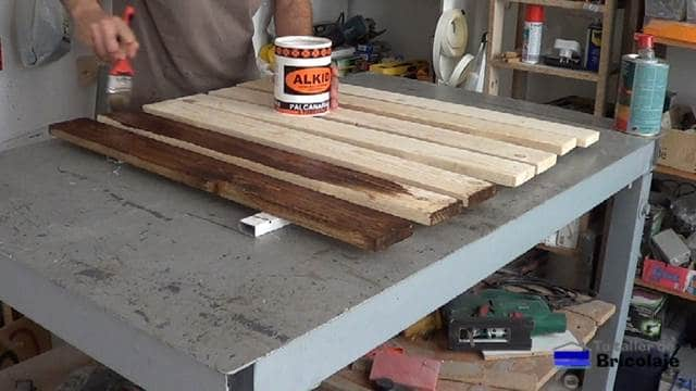aplicando el tinte a la madera de palets