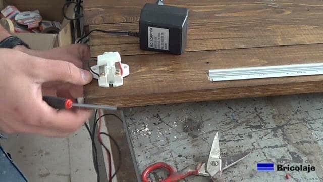 realizando las conexiones en el interruptor para encender y apagar la tira de led