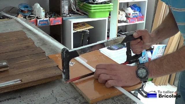 cortando la tapa plástica para el perfil de la tira de led