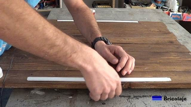 colocando la tapa plástica sobre el perfil de aluminio de la tira de led