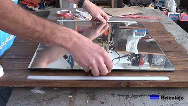colocando el espejo sobre la madera de palets