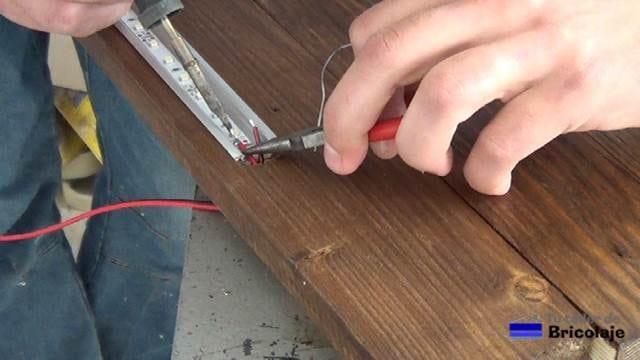 soldando las puntas del cable de alimentación a la tira de led