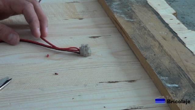 borna de conexiones para alimentar las tiras de led