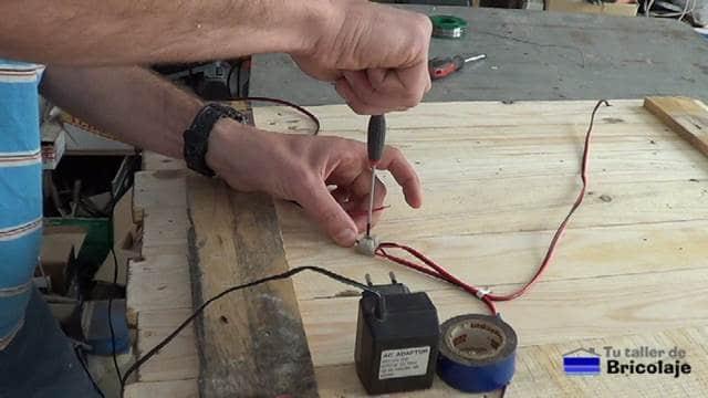 realizando las conexiones en la borna para alimentar las tiras de led