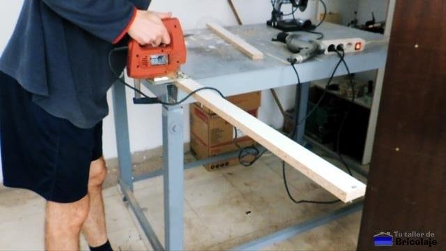 cortando un trozo de madera para refuerzo de la estantería de madera