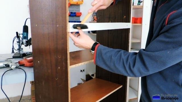 colocando el refuerzo en la estantería de madera