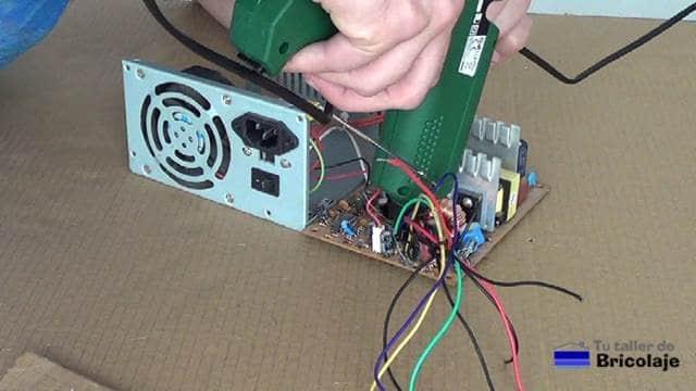 sellando los cables cortados con silicona caliente
