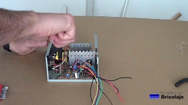 retirando la placa electrónica de la carcasa de la fuente