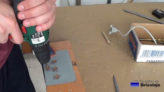 abriendo los agujeros para sujetar el conector usb hembra