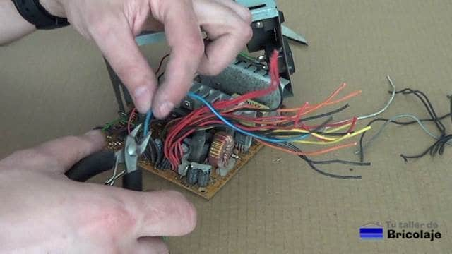 cortando los cables que no vamos a usar de la fuente de pc