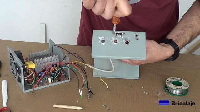 sujetando el conector usb a la carcasa de la fuente de alimentación casera