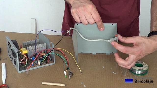 colocando los conectores tipo banana hembra en la carcasa de la fuente de alimentación casera