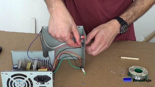 terminando de conectar los cables a los conectores banana hembra de la fuente de laboratorio casera