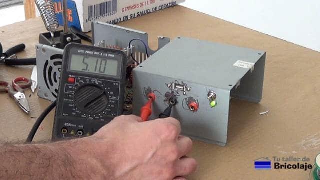 probando las salidas de 5 voltios de la fuente de alimentación casera