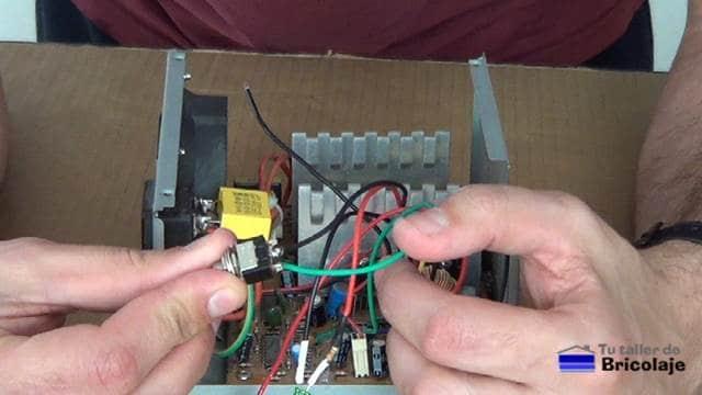 soldando los cables negro y verde al interruptor de la fuente