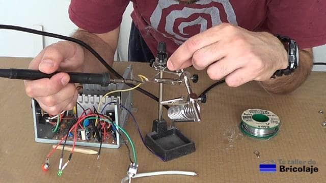 soldando los cables a las arandelas de los conectores
