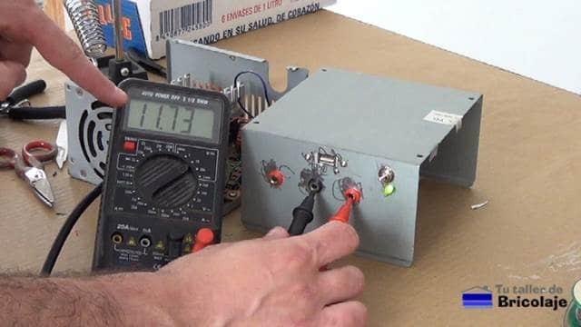 probando con el multímetro o tester la salida de 12 voltios de la fuente de alimentación casera