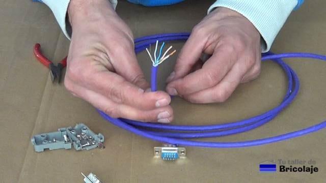 estirando los pares de hilos que componen el cable de red