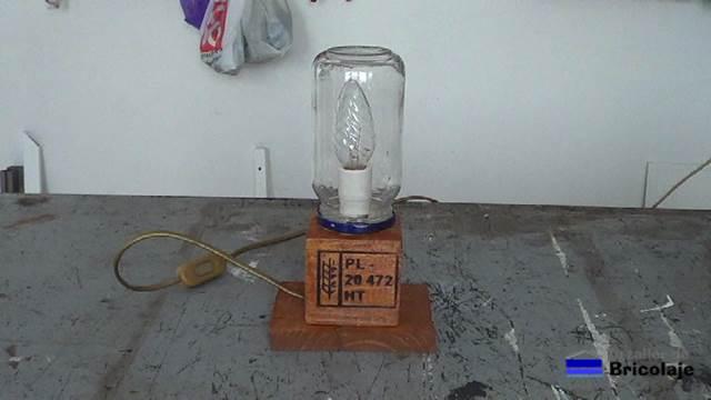 C mo hacer una l mpara con materiales reciclables - Como hacer una lampara de mesa ...