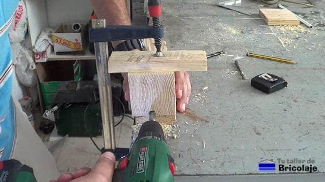 perforando el agujero para pasar el cable para el casquillo
