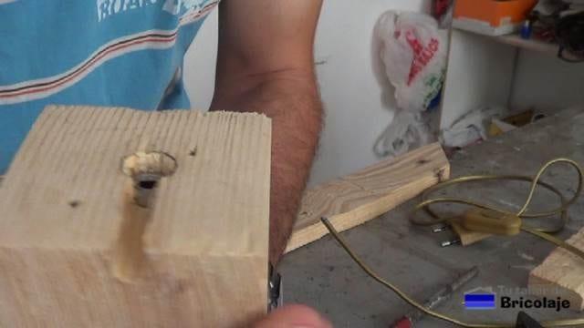 tuerca fijada en el interior de la base de la lámpara