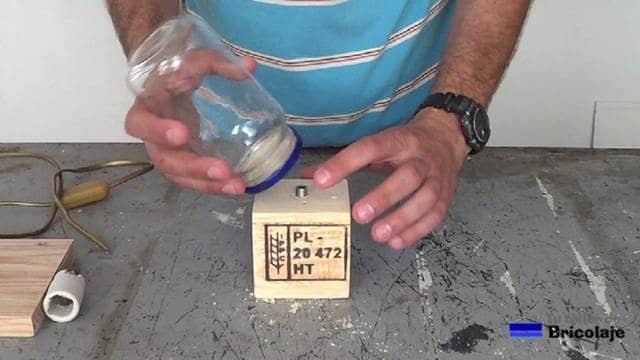 presentando el bote de cristal sobre la varilla roscada hueca