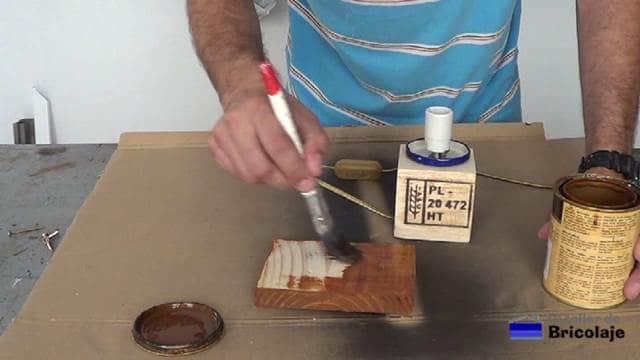 pintando la madera de la lámpara