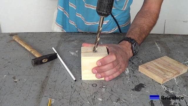 perforando el hueco para la tuerca de la varilla roscada hueca
