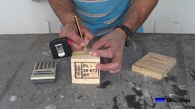 midiendo el centro de la base de la lámpara para colocar la varilla roscada hueca