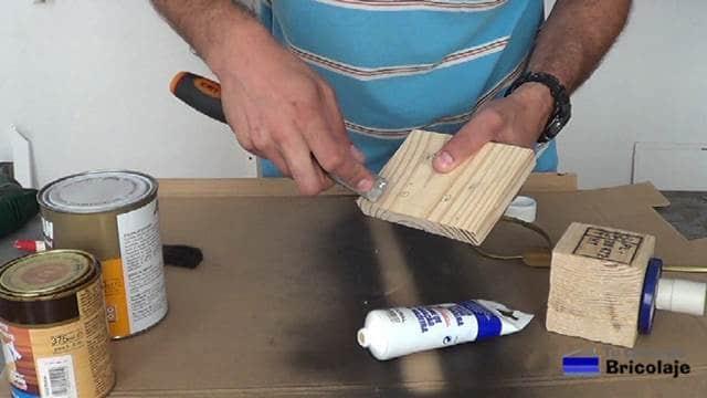 tapando agujeros y grieta de la madera de la lámpara