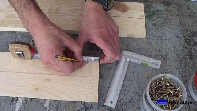 marcando el lugar donde perforar para realizar la estructura o esqueleto de la mesa