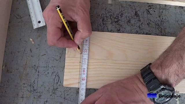 trazando el lugar donde atornillar para montar la estructura de la mesa