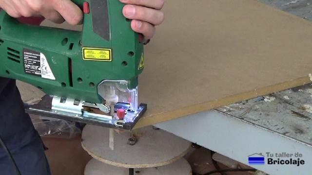 cortando las esquinas de la mesa con la caladora