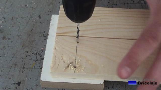 perforando con broca de 4 para sujetar las piezas de madera para hacer la mesa con tornillos