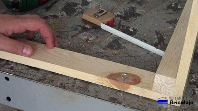 sistema de alcayatas redondas para sujetar la cubierta a la estructura de la mesa