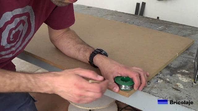 objeto redondo para marcar en la cubierta de la mesa para redondear las esquinas
