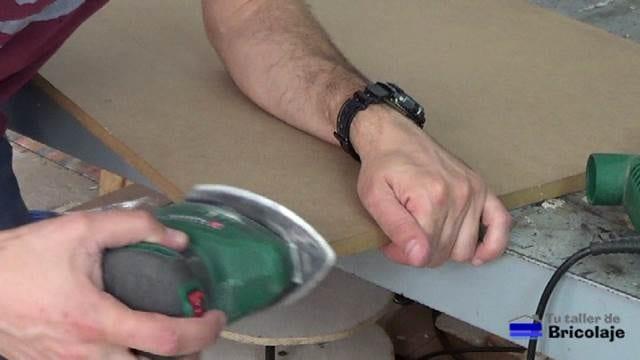 lijando las esquinas de la cubierta de la mesa