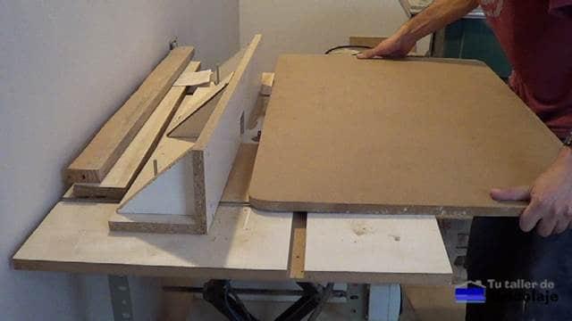 rebajando los cantos de la mesa con la mesa para la fresadora o router