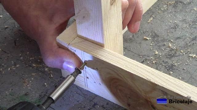 sujetando las distintas piezas que forman la estructura de la mesa con tornillos