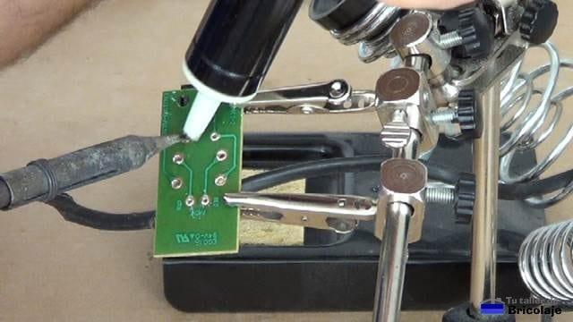 desoldando los componentes electrónicos del microfiltro