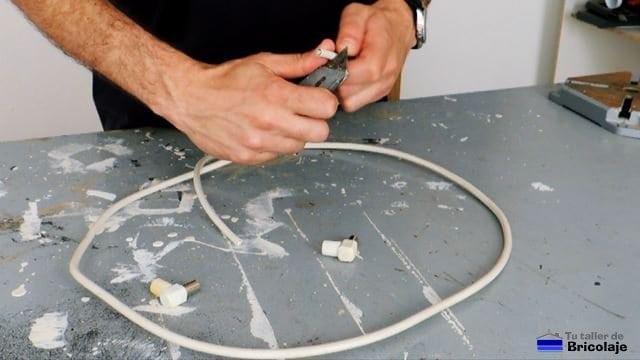 cortando la cubierta del cable coaxial