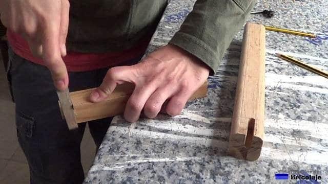 lijando con una lima para redondear los cantos de la espiga