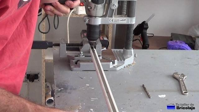 perforando el carril para colocar la guía