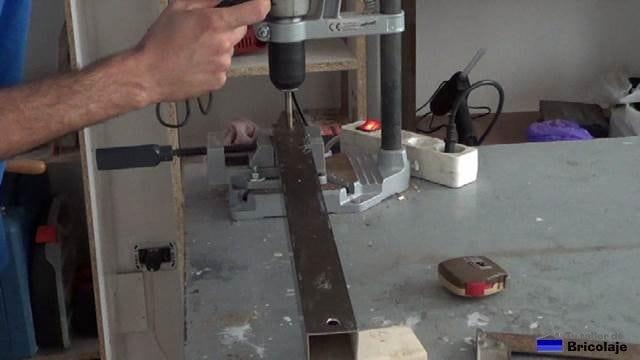 perforando la guía,un cuadradillo de 40x40, para insertar en el tornillo de 8