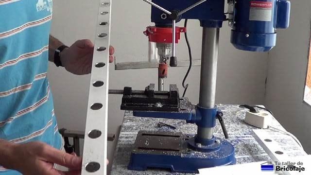 perforando el cuadradillo para insertar los tubos