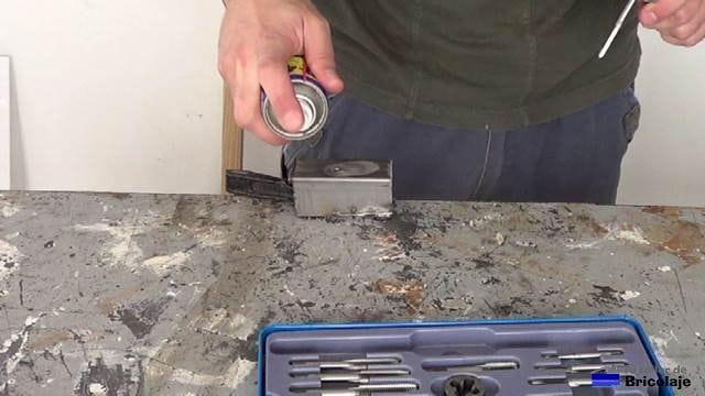 lubricando la zona para realizar la rosca para tornillo de 6