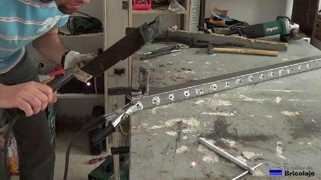 soldando un trozo de ángulo de 70 sobre el cuadradillo de 35